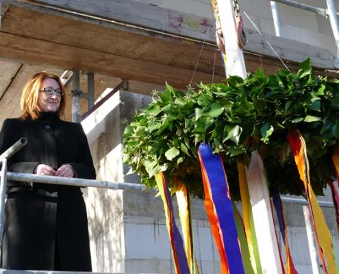 Ute Kolbow, Vorstand der Volker-Pardey-Stiftung, mit dem Richtkranz für den Neubau des Hospiz Minden.