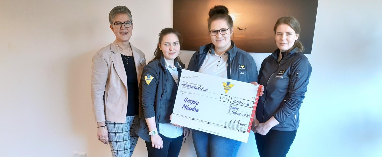 Die Auszubildenden des E-Centers Minden übergaben die Spende an Hospizleiterin Dorothea Stentenbach.